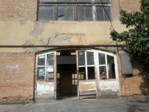 Здание детского сада, где проживают жители Зардиаанткари