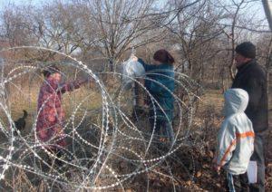 Нана Ванишвили передает матери еду.